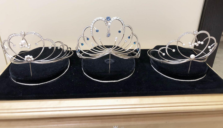 Kruunut vasemmalta lukien (1. perintöprinsessa, Miss Suomi, 2. perintöprinsessa).