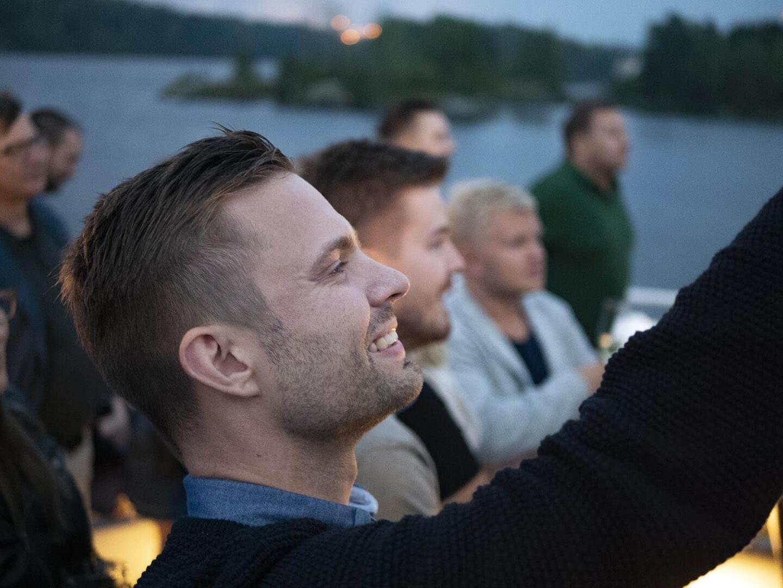 Kelloharrastajat-yhteisön perustaja Joonas Kokko iloitsi kelloarvonnan lopputulosta.