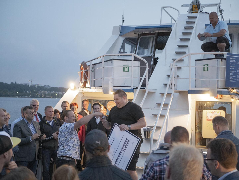 Tuliterän Omega Seamasterin voittaja oli iltahämärässä yhtä auringonpaistetta.