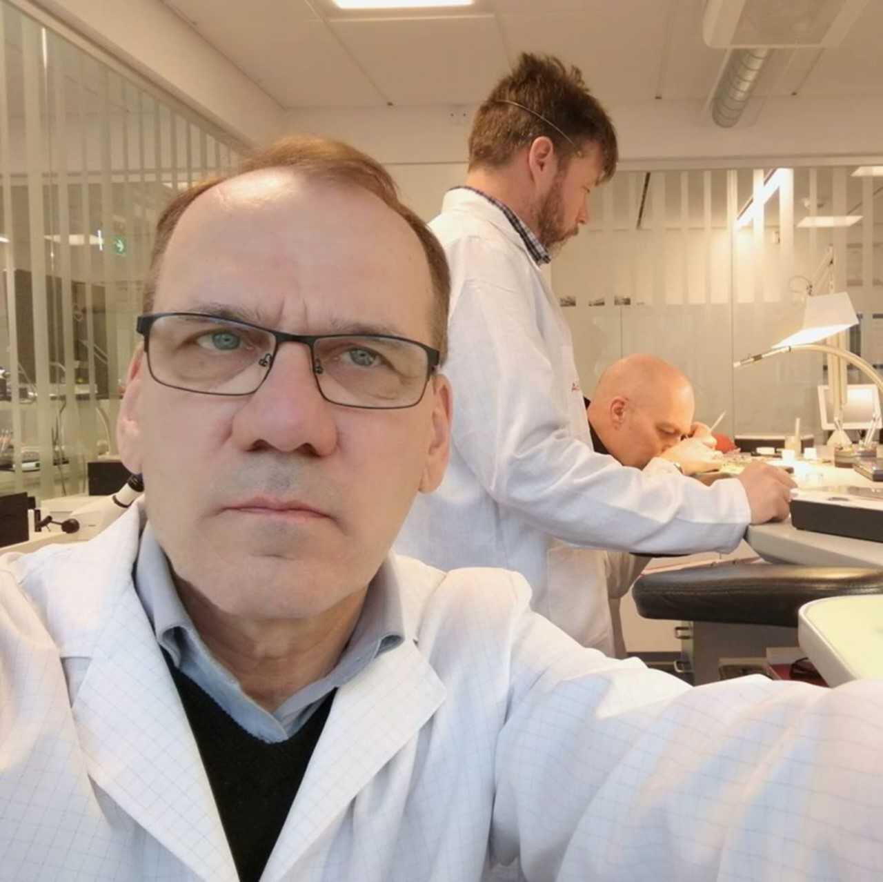 Viimeksi Tukholman kursseilla kouluttauduttiin kaliipereihin, jotka ovat vasta muutaman vuoden kuluttua Suomen markkinoilla. Kuvassa KultaViljasten Omega-seppä Pasi Viljanen.