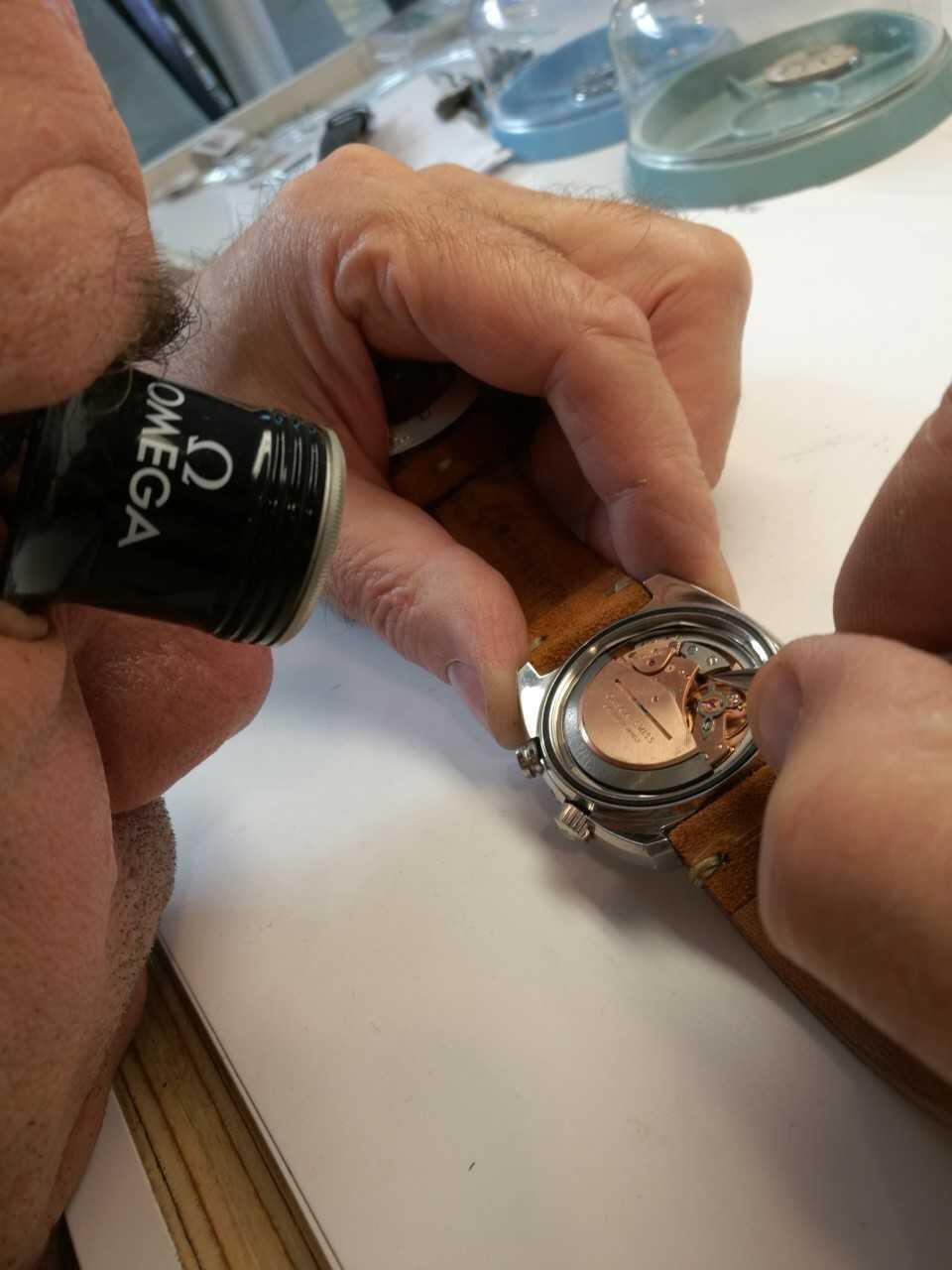 Vintage-malleissa on hienoutta ja upeaa tutkittavaa. Kelloseppä Pasi Viljasen osaaviin käsiin päätyi mm. kuvassa näkyvä 1970-luvun erikoisuus, Omega Memomatic. Työ lähti prosessin mukaisesti liikkeelle alkutarkastuksella ja Omegan tehtaan huoltoportaalin kautta lähteneellä varaosatilauksella.