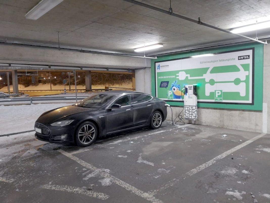 Jokamies-Teslalla-talvella-Nordkappiin-Lataus-Rovaniemi