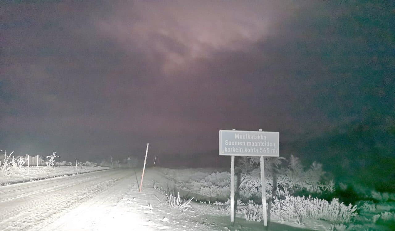 Jokamies-Teslalla-talvella-Nordkappiin-Muotkatakka