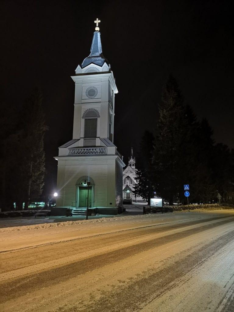 Jokamies-Teslalla-talvella-Nordkappiin-Pulkkilan-kirkko