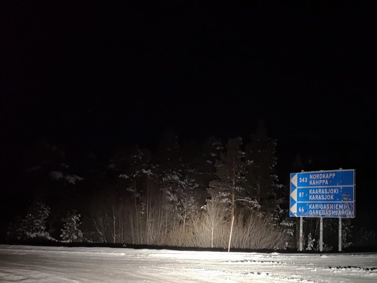 Jokamies-Teslalla-talvella-Nordkappiin-kyltti