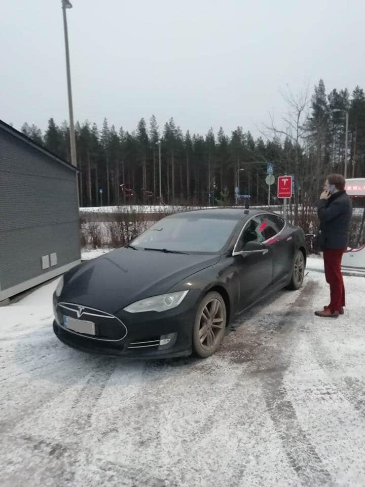 Jokamies-Teslalla-talvella-Nordkappiin-lataustauko