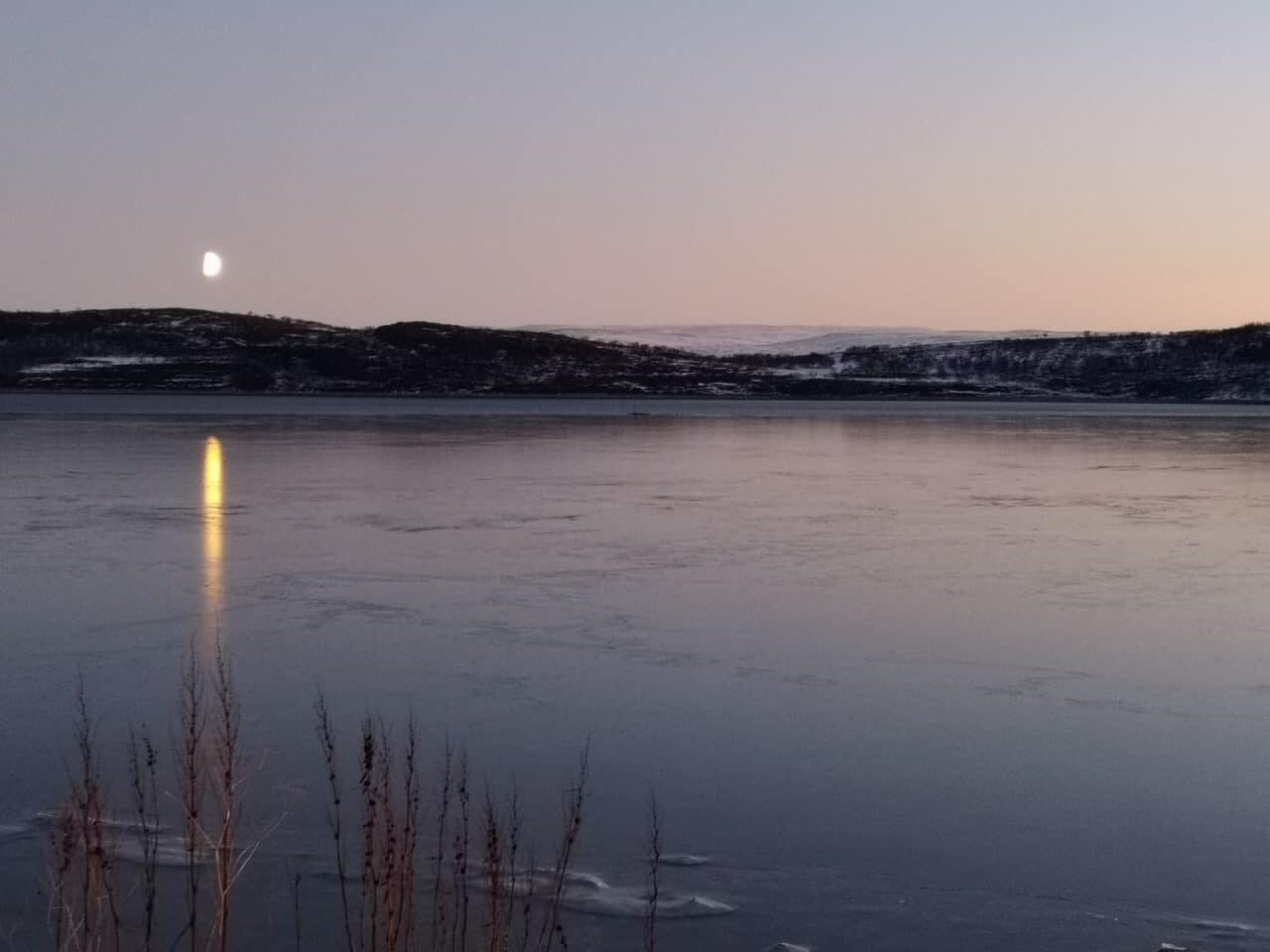 Jokamies-Teslalla-talvella-Nordkappiin-vuono-ja-kuu