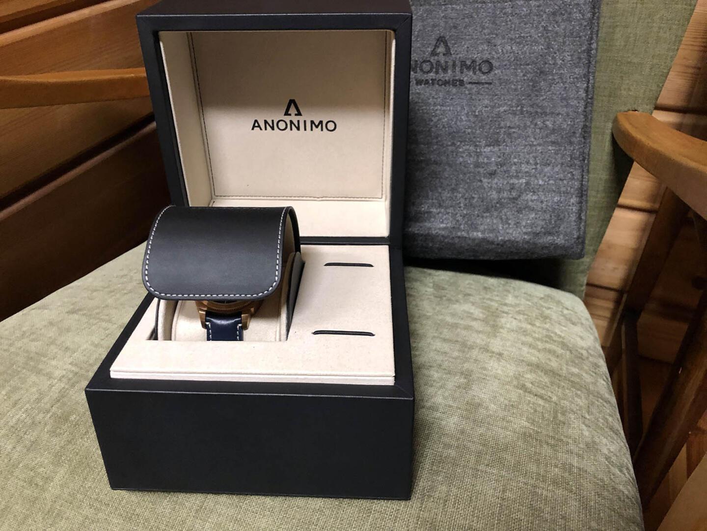 Anonimo Nautilo Vintage Tyyliniekka Edition -sporttikello toimitetaan tyylikkäässä paketissa.