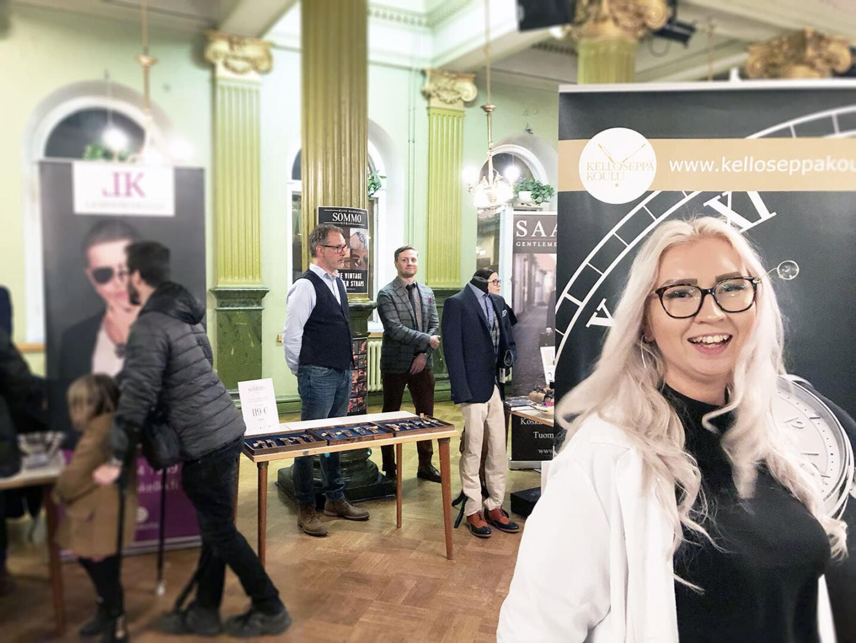 Valmistumisen kynnyksellä oleva kelloseppäopiskelija Paula Tyyskä esitteli innokkasti Kelloseppäkoulun toimintaa.