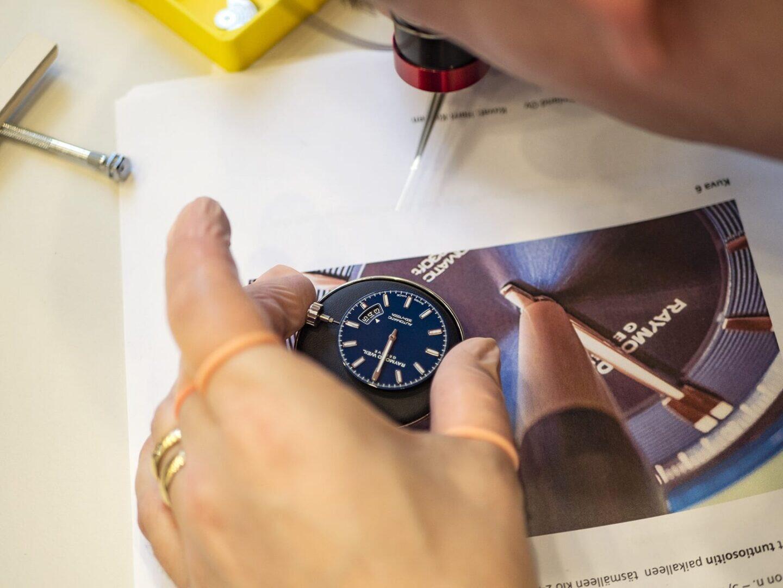 Osoittimien laittamisessa on tärkeää saada tunti- ja minuuttiosoitin juuri kello 12:n kohdalle. Sekuntiosoittimen kohdalla riittää, että sen saa paikalleen.