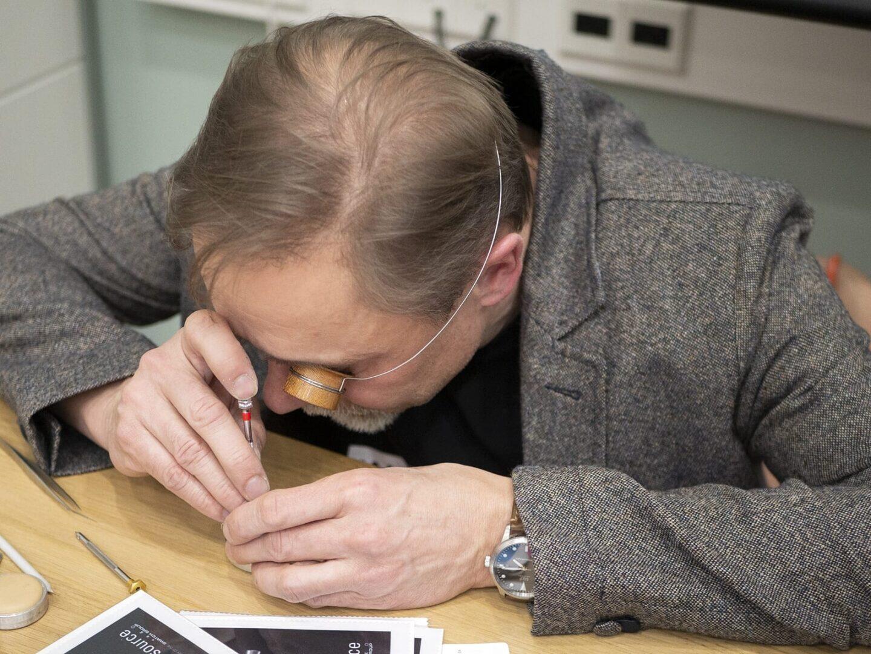 Kelloseppä Jouni Pöllänen tarkisti kellot ennen testeriin päätymistä.