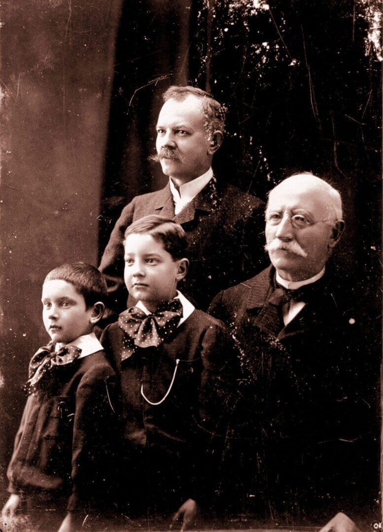 Chopardin perheen kolme sukupolvea. Oikealta vasemmalle; Louis-Ulysse, hänen poikansa Paul-Louis, jonka poika Paul-André on äärimmäisenä vasemmalla.