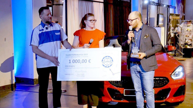 Vuoden kellonkantajaksi valittu Ville Arzoglou lahjoitti voittostipendin Kelloseppäkoulun positiiviseen markkinointiin.