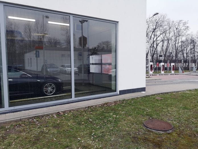 Jokamies-Itäblokki-Teslalla-Katowice-Supercharger
