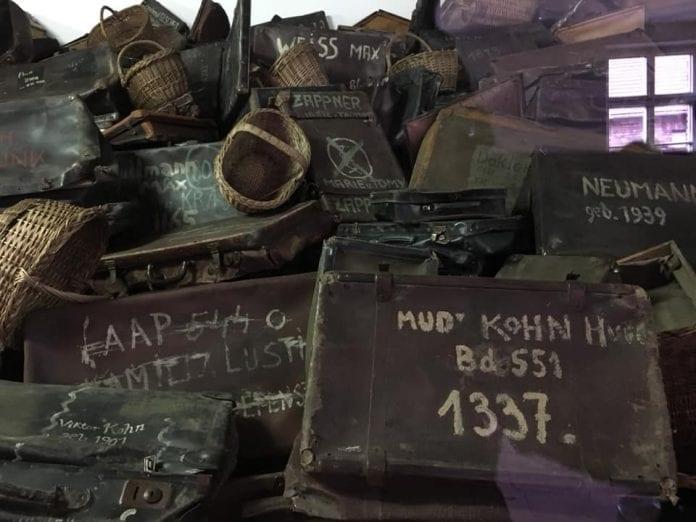 Jokamies Itäblokki Teslalla - Auschwitz - laukut