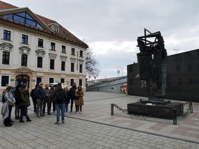 Jokamies-Itäblokki-Teslalla-Bratislava-Holokaustin-muistomerkki