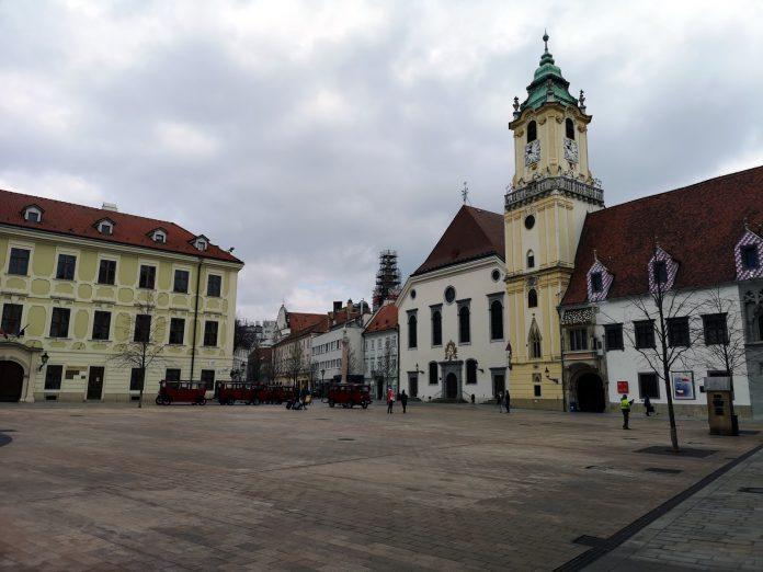 Jokamies-Itäblokki-Teslalla-Bratislava-Kaupungintalo