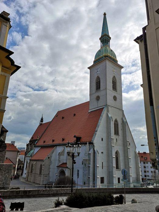 Jokamies-Itäblokki-Teslalla-Bratislava-Pyhän-Martinuksen-katedraali