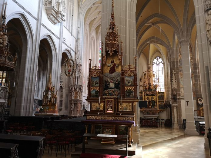 Jokamies-Itäblokki-Teslalla-Kosice-Pyhän-Elisabetin-Katedraali