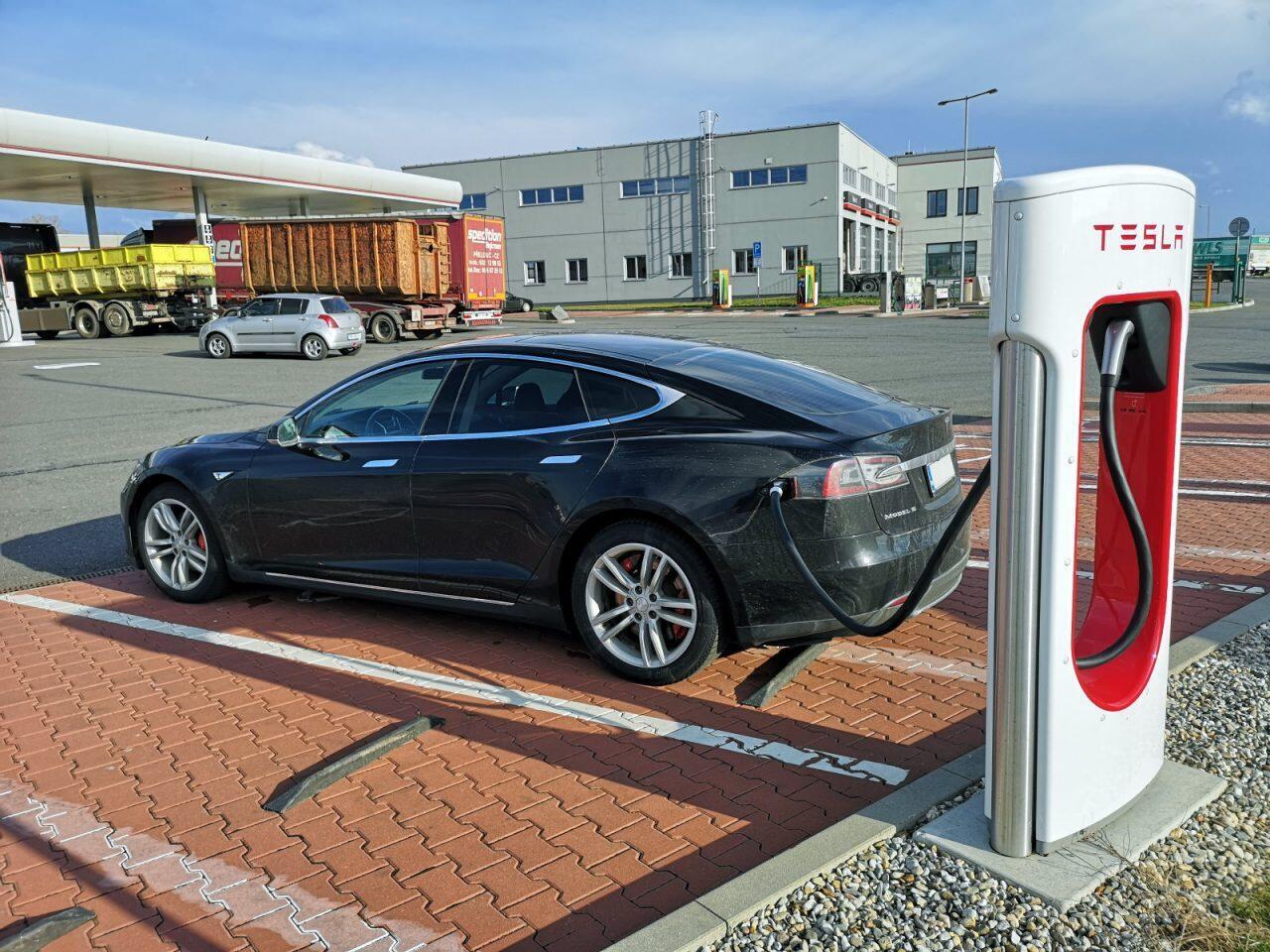 Teslan käyttökulut saa alas käyttämällä ilmaisia latauspisteitä.