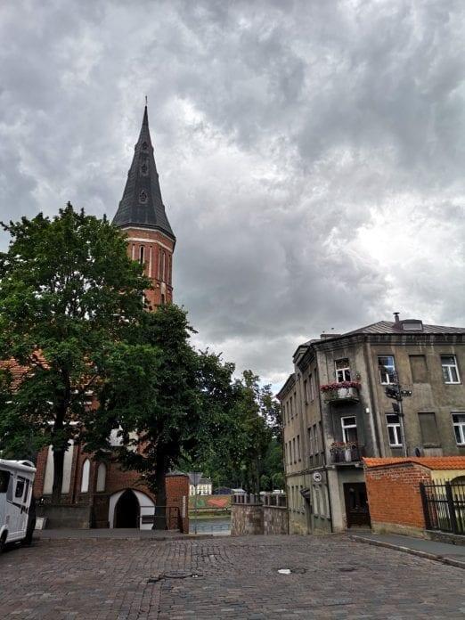 Jokamies-Sähköautomatkalla-Baltiassa-Kaunas-Vytautas-Suuren-kirkko