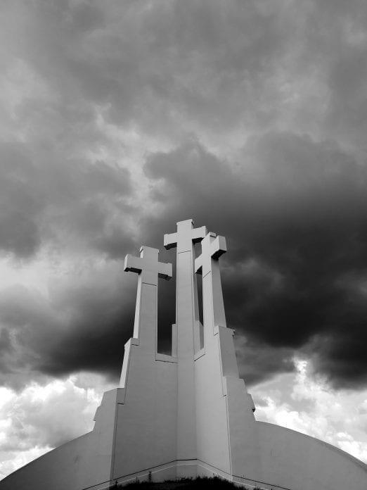 Jokamies-Sähköautomatkalla-Baltiassa-Kolme-Ristiä