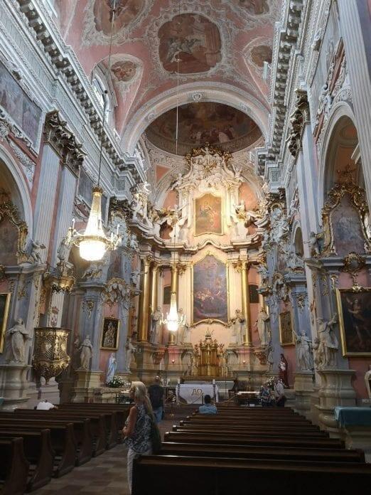 Jokamies-Sähköautomatkalla-Baltiassa-Pyhän-Teresan-kirkko