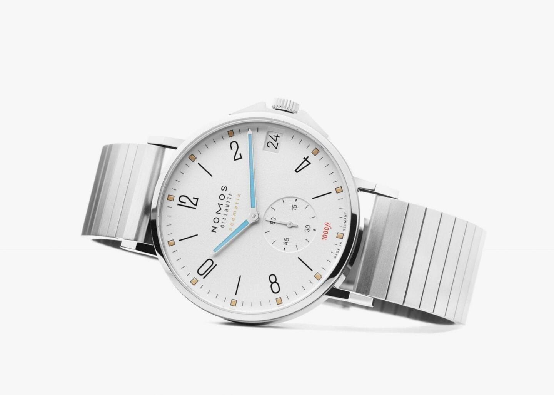 Tangente Sport neomatik 42 date on lifestyle-henkinen rannekello, josta löytyy valmistajan uusi teräsranneke. Valkotauluinen malli löytyy Aseman Kellon Kluuvikadun myymälästä ja tummatauluinen malli Aleksanterinkadun myymälästä. Kummankin kellon hinta on 3 980 euroa.