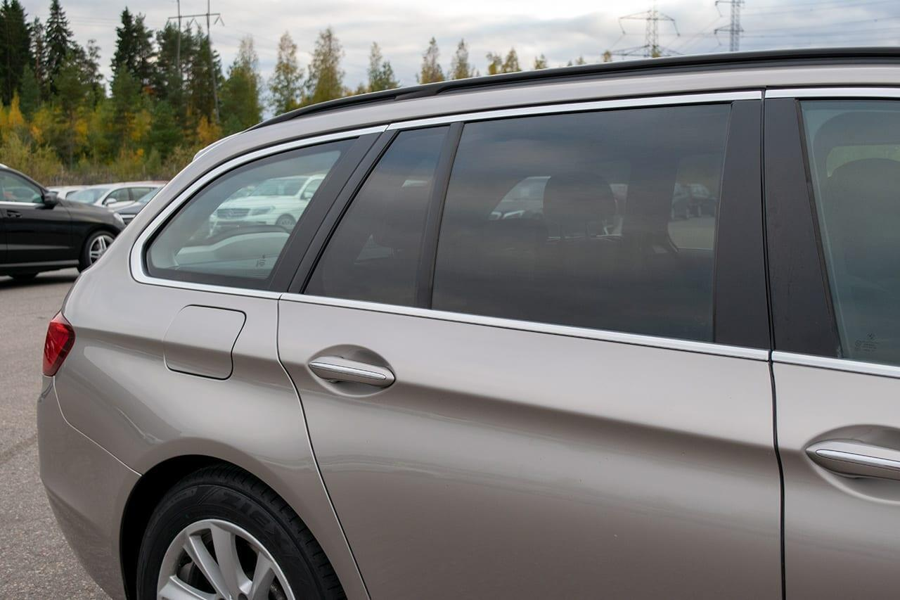 Auton lasien tummennus