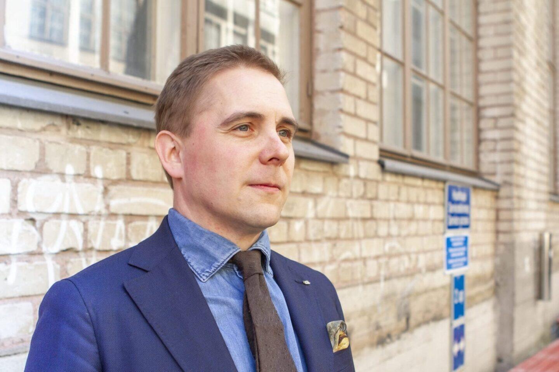 DLA:n denim-paita sopii hyvin puvun ja solmion kanssa pidettäväksi.