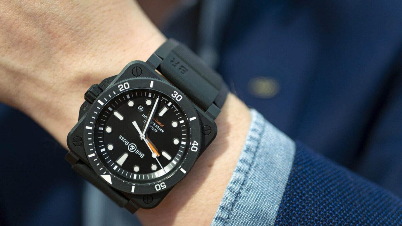 Bell & Ross BR 03-92 Diver Black Mattea voi käyttää tyylinsä puolesta rennon kauluspaidan kanssa.