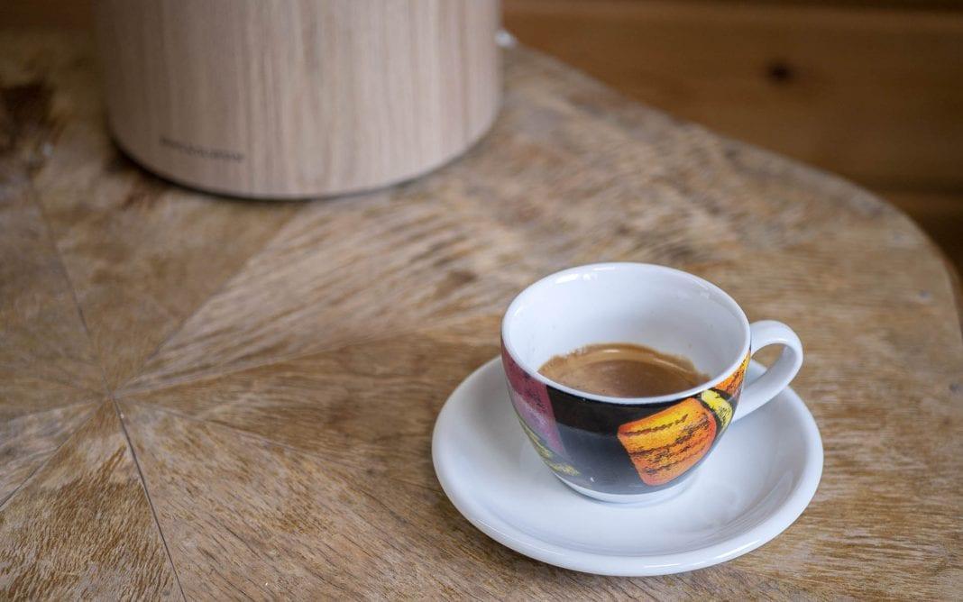 Kotitoimiston viihtyisyyteen voi vaikuttaa pienillä, itselle tärkeillä asioilla. Kuten kupillisella hyvää espressoa, jota nauttiessa voi kuunnella musiikkia.