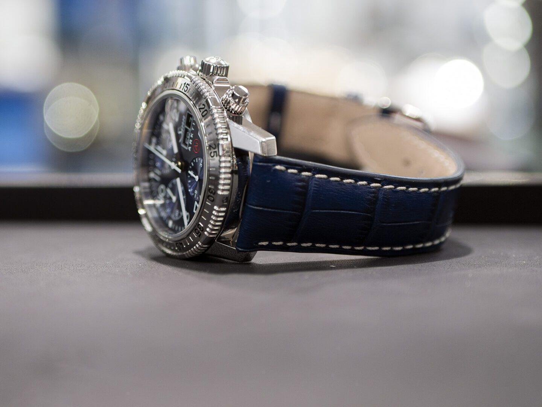 Kellossa on tyylikäs nahkaranneke, joka tekee siitä elegantin rannekellon.