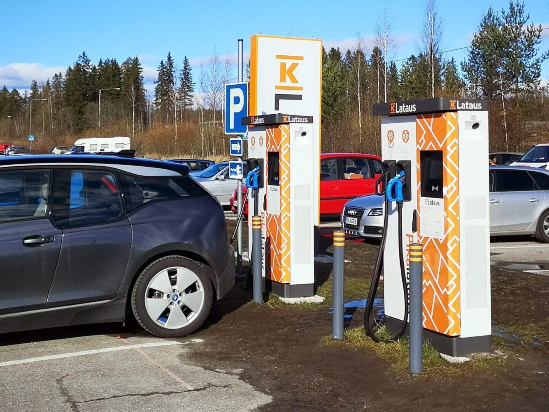 Tyyliniekka sähköauton lataus - K-Lataus