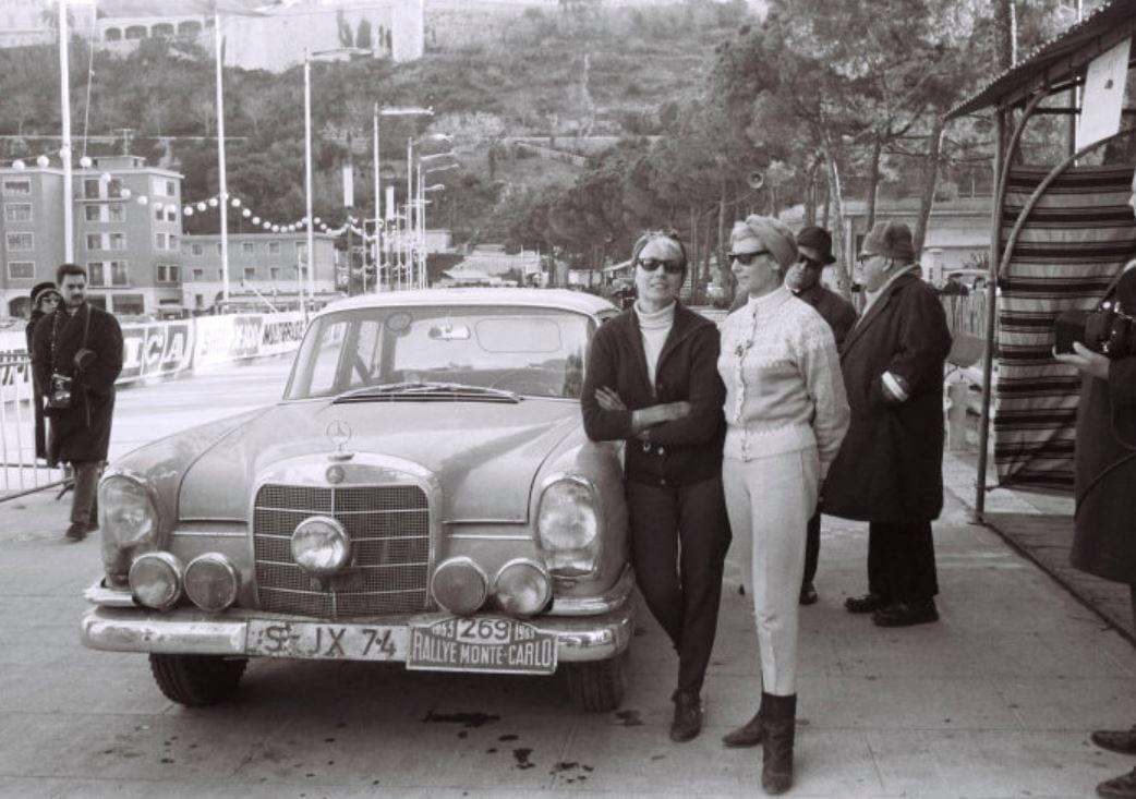 Ewy Rosqvist ja Ursula Wirth Monte-Carlo -rallissa 1963 autonaan Mercedes-Benz 220 SEb W111.