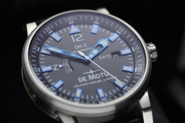 De Motu DM-Z -pilottikellon kellotaulu on komlikaatioistaan huolimatta helppolukuinen.