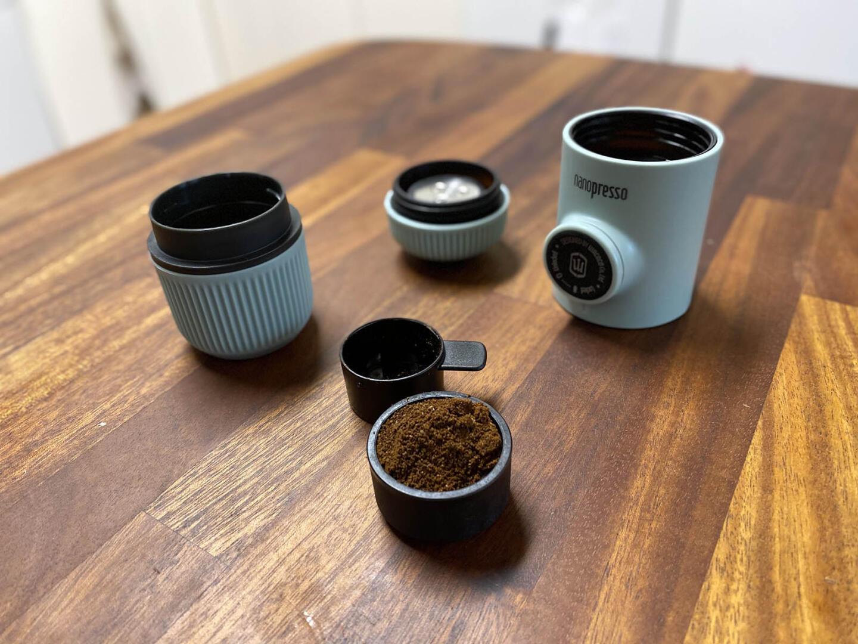 Nanopresson suodatinkoriin laitetaan 8 grammaa hienosti jauhettua kahvia. Mukana tuleva mittalusikka toimii hyvänä annostelijana, jos vaakaa ei ole käytössä.