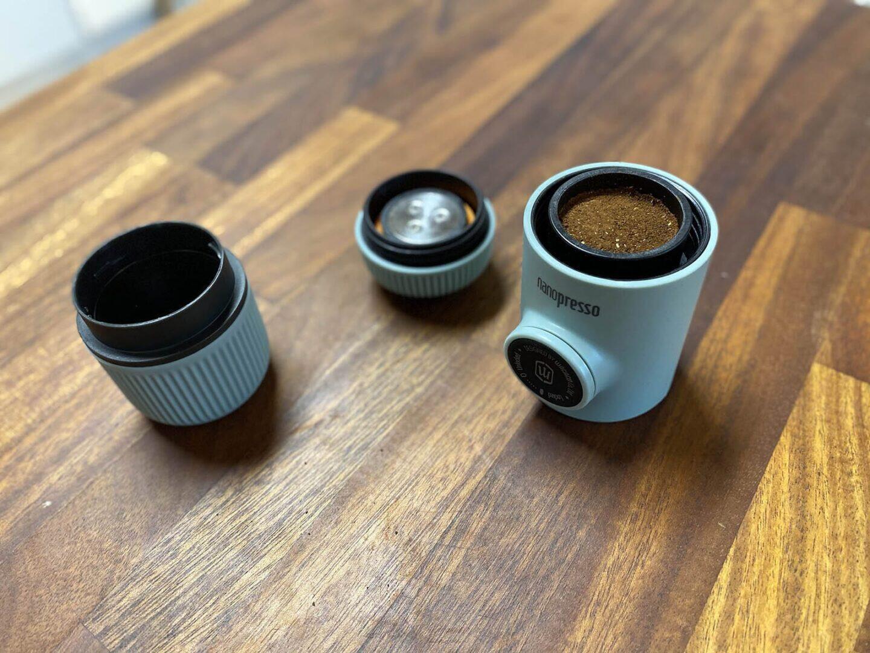 Tampattu kahvi laitetaan suodatinkorissa Nanopressoon.