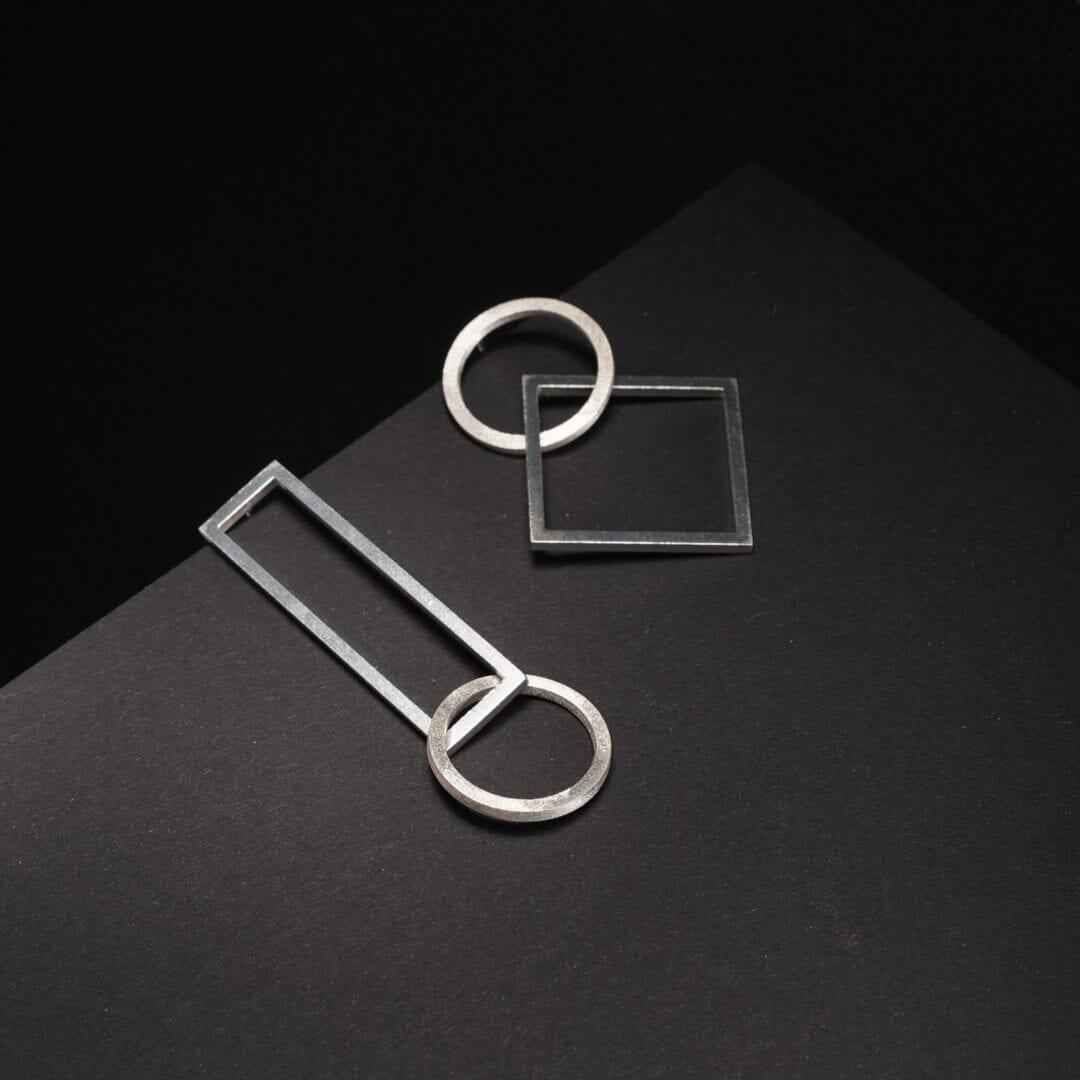 Hopeasta valmistetut geometriset TUOHI Jewelryn statement-korvakorut, Kotimaisten korujen joulukauppa